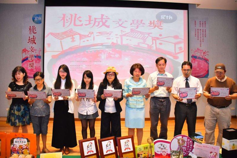 江寶釵教授創作的「民主噴水池」的徵稿概念詩歡迎大家來。〔圖/嘉義市政府提供〕