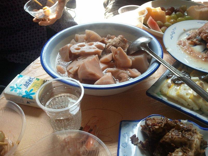 坐月子時常吃的生薑蓮藕湯,希望讓產婦補補身子。(Popolon@Wikipedia / CC BY-SA 3.0)