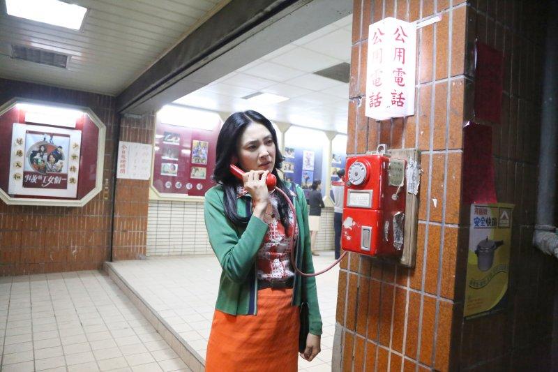 黑美人也不好過,在戲院外的公共電話旁不停地朝話筒另一端高喊,企圖得到回應。(圖/外鄉女提供)