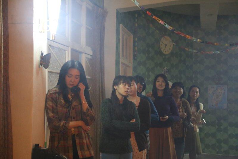 回到雁南之家,黑美人依然霸著電話不放,引起公憤。(圖/外鄉女提供)