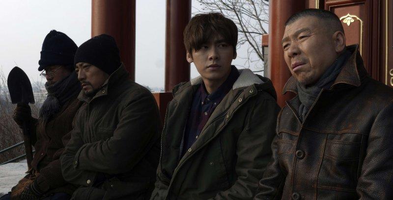 《老炮兒》敘述馮小剛飾演「六爺」,曾是名震北京胡同的硬漢大哥,但時不我予。(圖/甲上娛樂提供)
