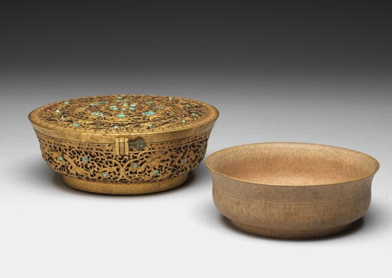 木碗附嵌綠松石鐵鋄金盒(圖由故宮博物院提供)