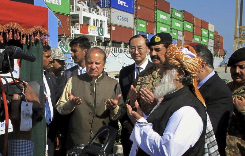 中國與巴基斯坦已簽訂經濟走廊協議,圖為中國官員參加瓜達爾港啟用典禮。(美聯社)