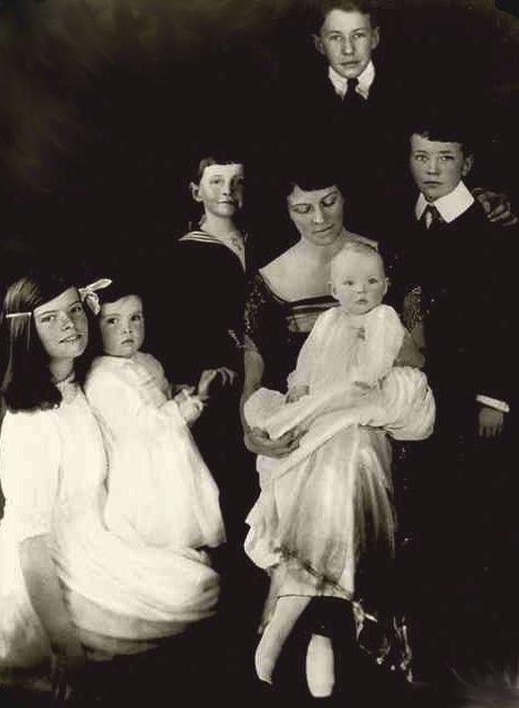 凱薩琳赫本(左)與母親及手足合影(Wikipedia/Public Domain)