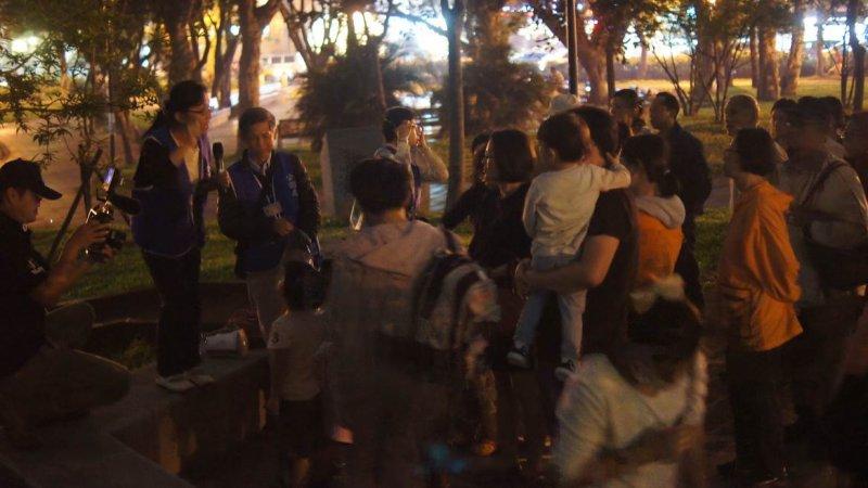今年工務局公園處首度推出賞螢導覽活動,由志工在現場進行解說。(取自台北市政府網站)