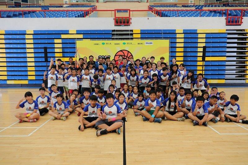 明日之星籃球營讓偏鄉學童們在活動中體驗籃球團隊合作的樂趣,並藉此培養對運動的興趣及技能發展。(圖/國泰人壽提供)