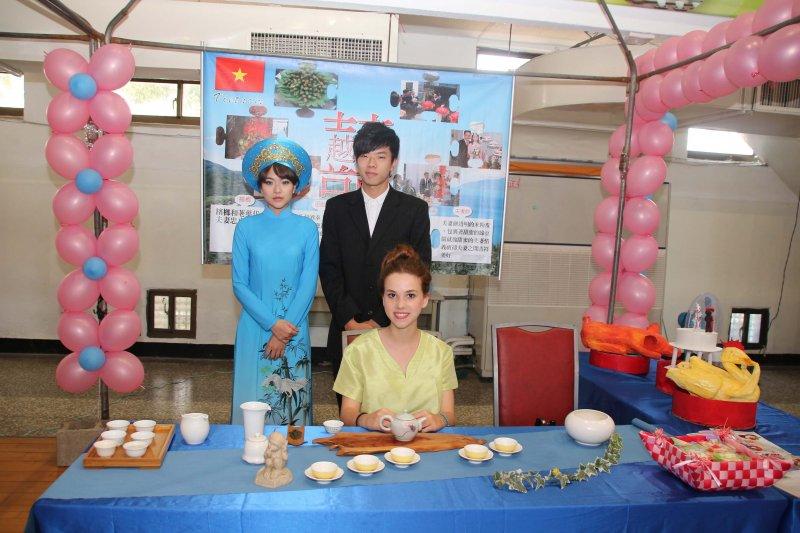 新住民禮服寫真區介紹韓國、越南等各地不同婚禮習俗,讓貴賓與模特兒合照紀念,增添喜慶宴會氣息。〔圖/嘉義市政府提供〕