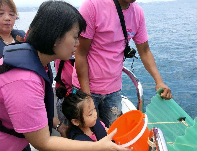市府在基隆嶼海域放流魚苗,復育海洋資源。(圖/基隆市政府提供)