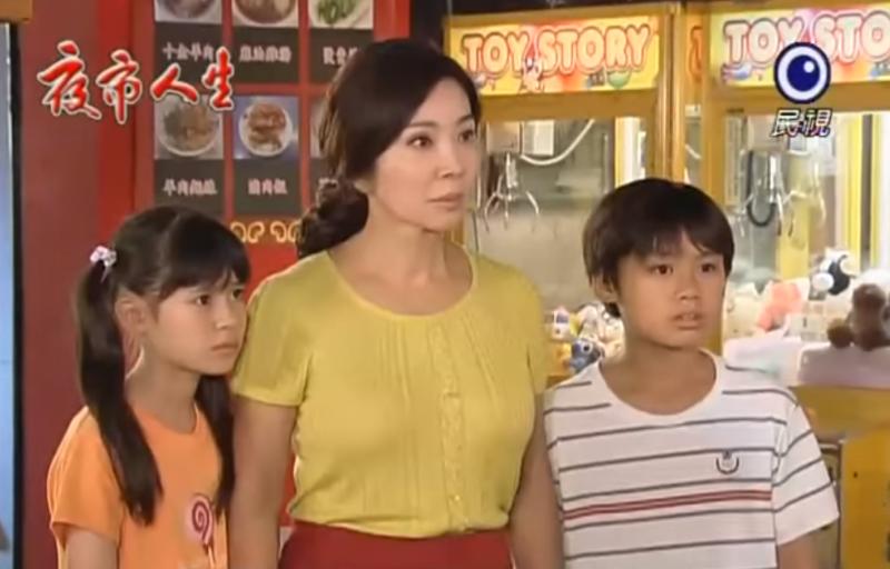 陳美鳳在《夜市人生》裡飾演堅強的媽媽,獨力撫養孩子長大,深刻演出台灣女人的韌性。(圖/擷取自Youtube)