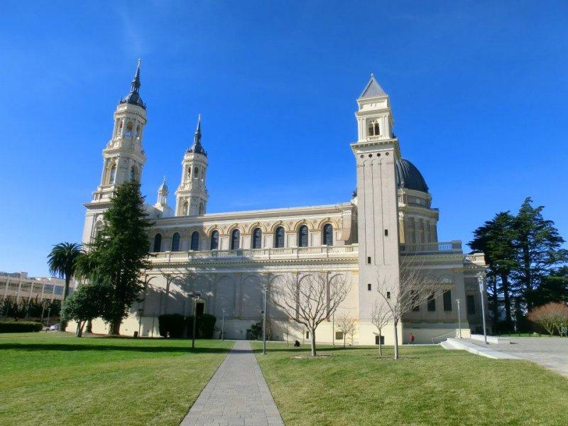 舊金山大學,從東邊望向聖依納爵教堂。(取自維基百科)