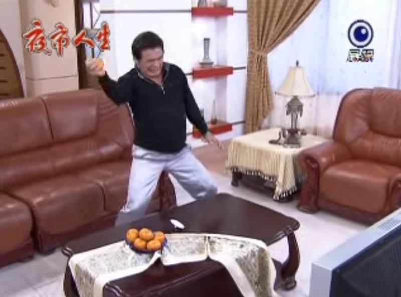 演員一氣之下徒手捏爆橘子,經典橋段引起年輕人熱議。(圖/擷取自Youtube)