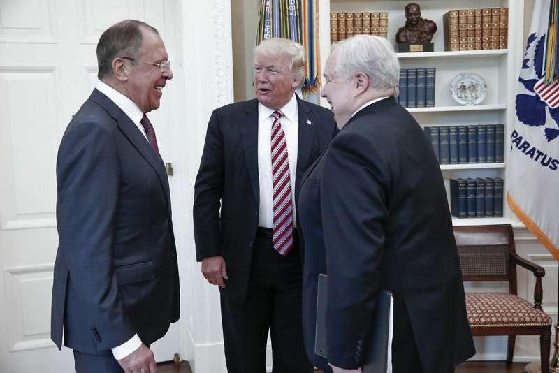 美國總統川普(中)與俄羅斯外長拉夫羅夫(左)和俄羅斯駐美大使季斯利亞克(右)(AP)