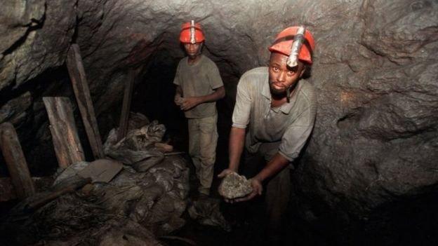 開採坦桑石必須去到井下,鑿出岩石,用袋子裝上拉回地面再篩選處理。(BBC中文網)