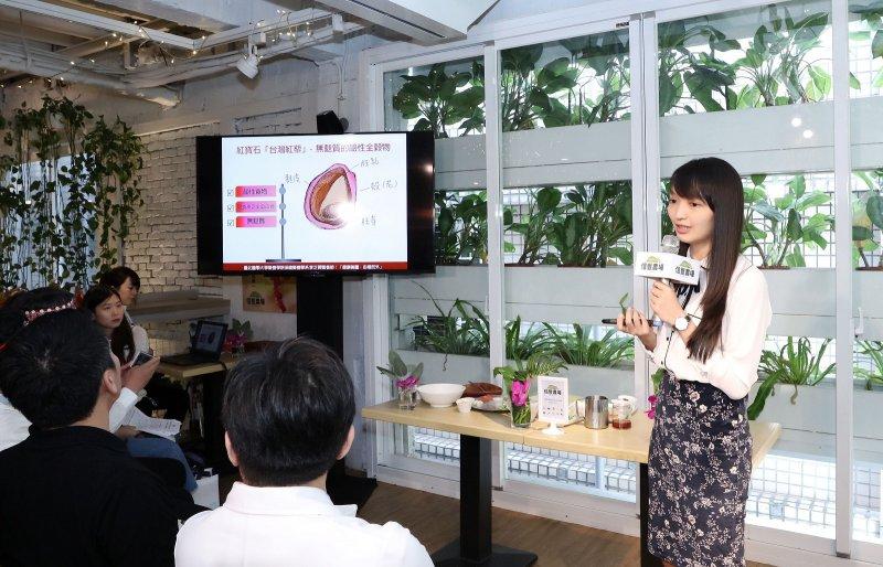 臺北醫學大學營養學院保健營養學系李芷薇營養師說明台灣紅藜能穩定自律神經。(圖/信豐農場提供)