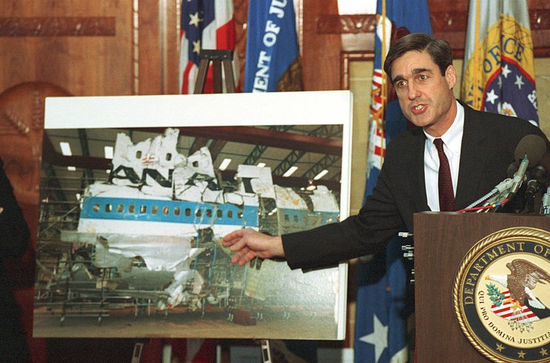 1991年11月,美國聯邦檢察官穆勒向媒體簡報洛克比空難調查報告(AP)