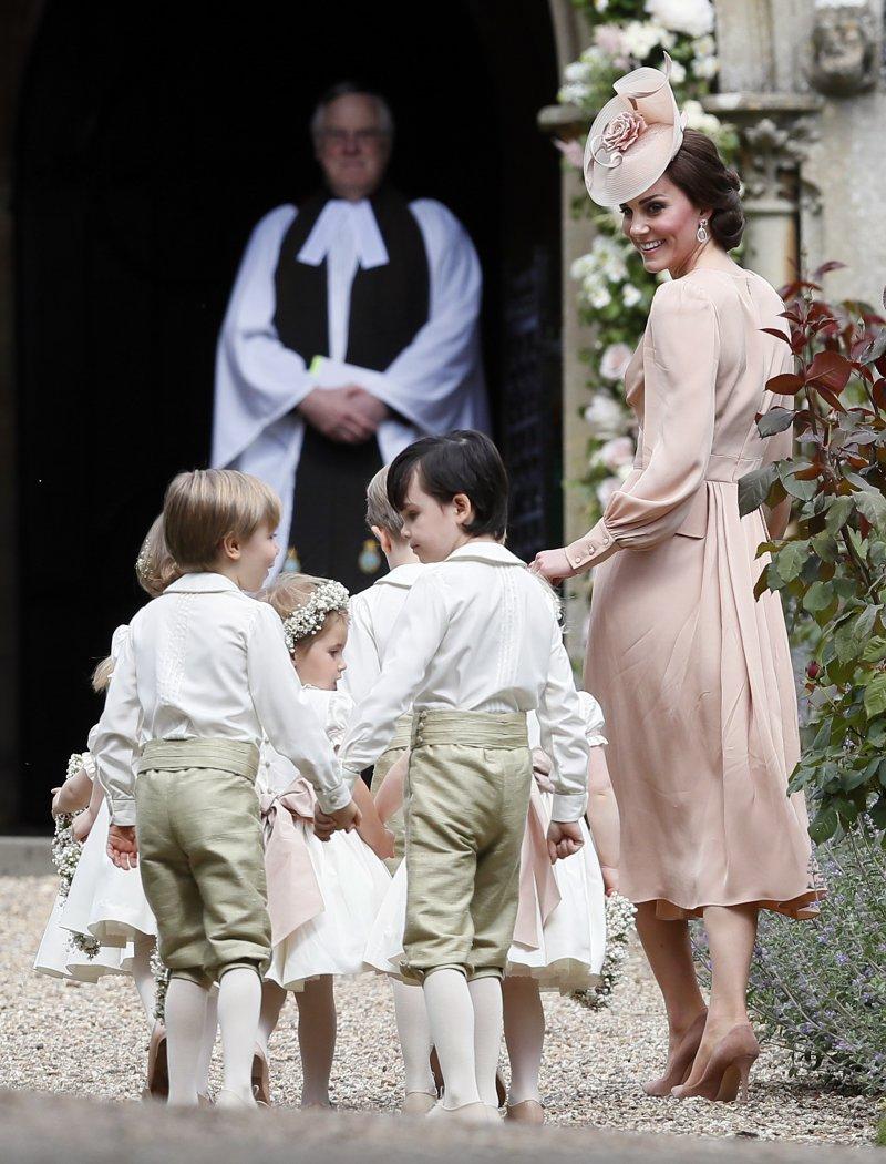 英國凱特王妃5月20日帶著花童,參加妹妹琵琶.密道頓(Pippa Middleton)的婚禮(AP)