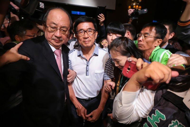 20170519-前總統陳水扁19日出席凱達格蘭基金會募款餐會,民進黨總召柯建銘跟隨在側。(顏麟宇攝)