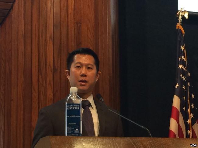 《起訴中國間諜》報告作者、華裔律師安德魯·金在「百人會」的報告發佈會上。(美國之音斯洋拍攝)