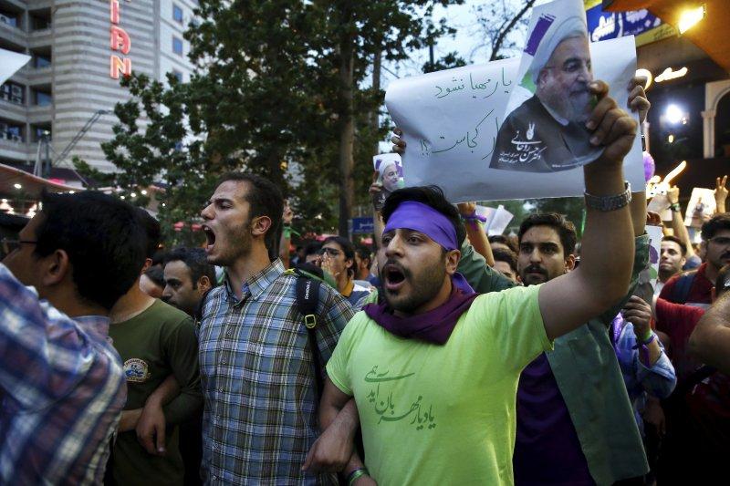 2017年5月20日,伊朗總統選舉投票,現任總統魯哈尼(Hassan Rouhani)順利連任,支持者歡欣鼓舞(AP)