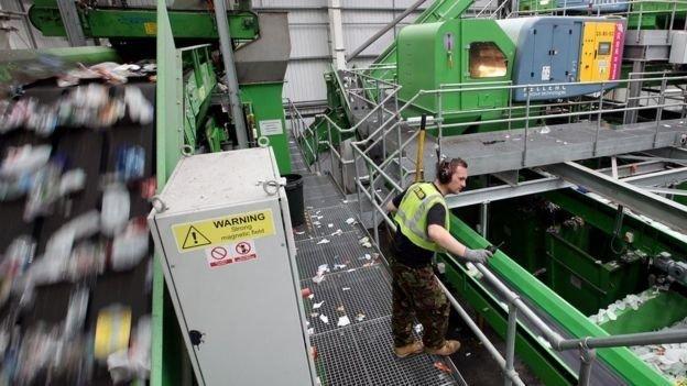 英國回收協會說,有些包裝讓回收機器電腦控制材料辨識器「摸不著頭腦」(BBC中文網)