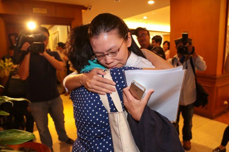 20170523-李明哲妻子李凈瑜23日出席召開「李明哲國際救援小組返台記者會」,並於現場與友人擁抱。(顏麟宇攝)