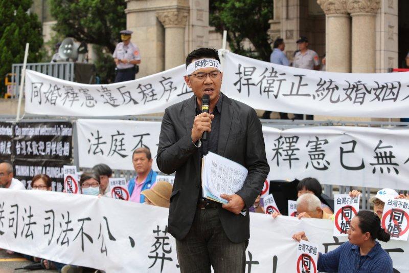 20170525-幸福盟活動總召游信義25日於司法院外抗議。(顏麟宇攝)
