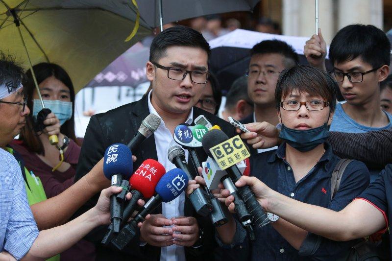 20170525-幸福盟青年代表簡孟軒25日於釋憲結果公佈後,在司法院外召開記者會。(顏麟宇攝)