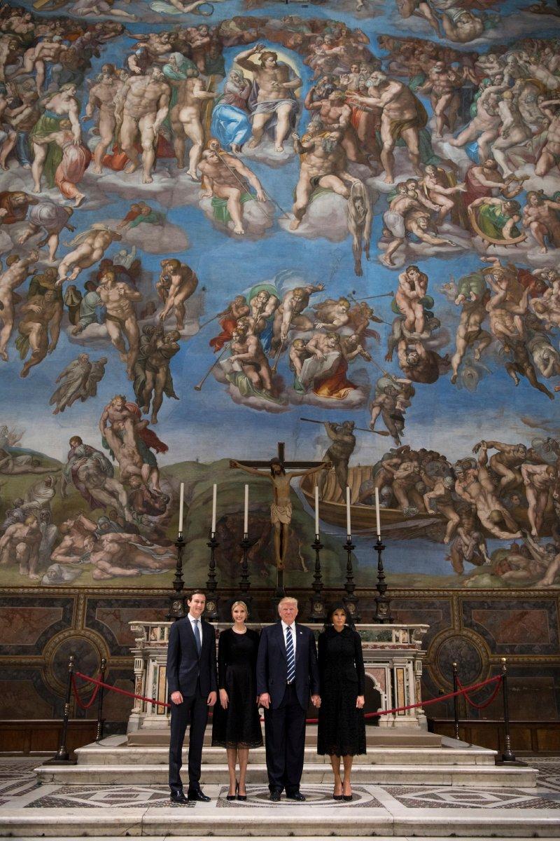 左起:庫許納、伊凡卡、川普和梅蘭妮亞到梵蒂岡聖徒宮與教宗會面。(美聯社)