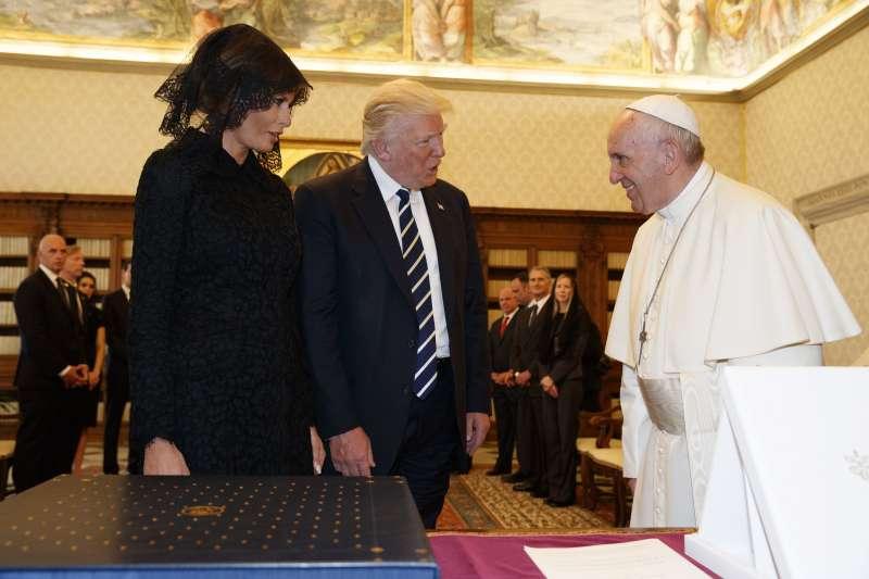 川普送給教宗馬丁路德金恩博士的5本書,教宗則回送他兩本他親筆簽名的著作,其中一本是有關環保和對抗全球暖化。(美聯社)