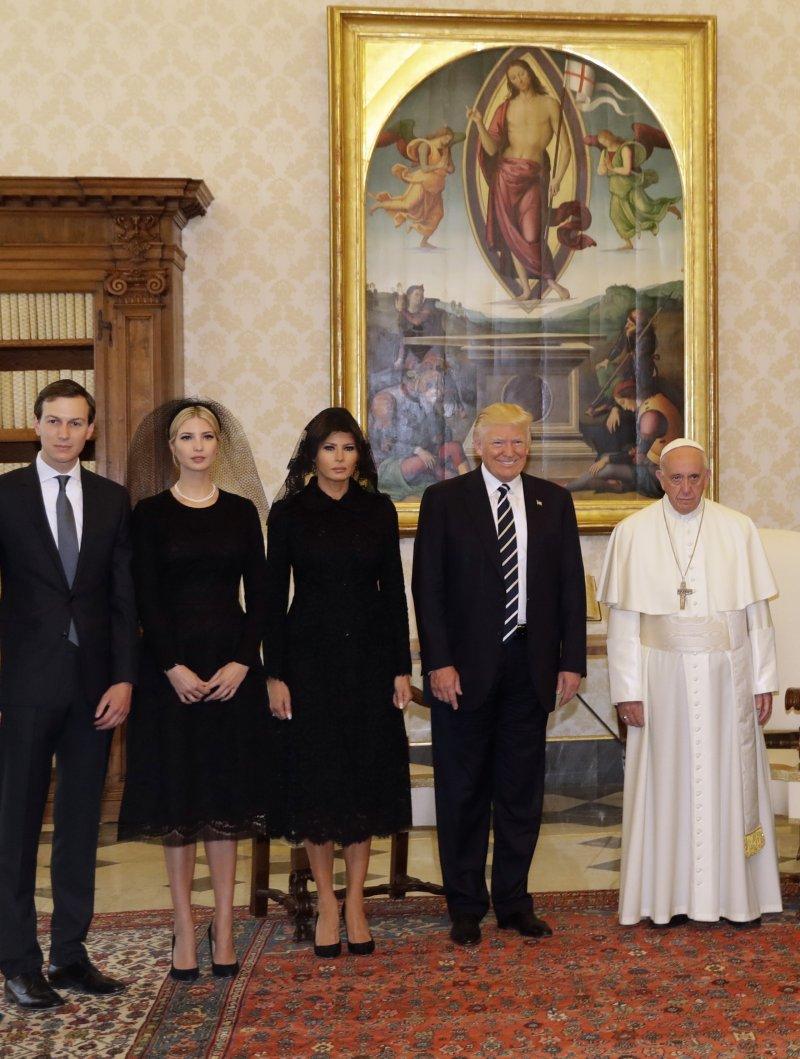 左起:庫許納、伊凡卡、梅蘭妮亞和川普到梵蒂岡聖徒宮與教宗會面。(美聯社)
