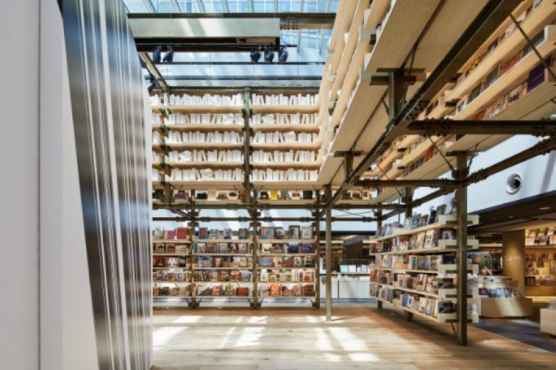 以日本傳統建築「箭樓」為靈感、使用高達 6 公尺的書架所圍繞出的活動空間。不定期舉辦以藝術和文化等為主題的相關活動。(圖/蔦屋書店,MOT TIMES明日誌提供)