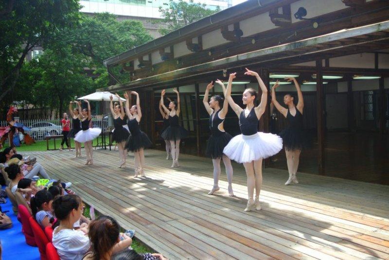 台北愛瑞月於玫瑰古蹟的芭蕾演出。(圖/臺灣芭蕾舞團提供)