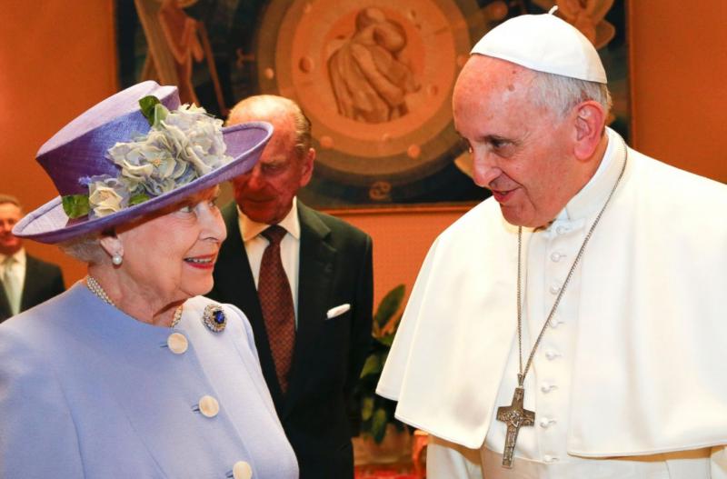 英國女王2014年會見教宗時身著普通衣服。(美聯社)