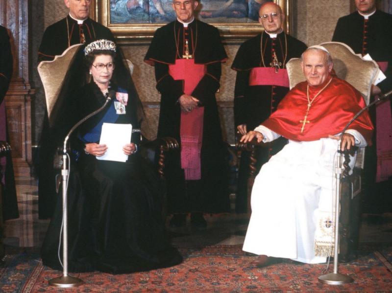 英國女王年輕時會見教宗也曾佩戴黑紗。(美聯社)
