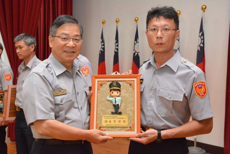 警察局局長林清求於局務會報中,表揚「五心顧嘉義」的績優員警。〔圖/嘉義縣警察局提供〕