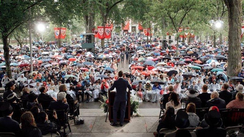 哈佛畢業生們冒雨聆聽祖克柏的演說,並在結束後起立給予熱烈的掌聲。(圖/擷取自MARK ZUCKERBERG的臉書專頁)