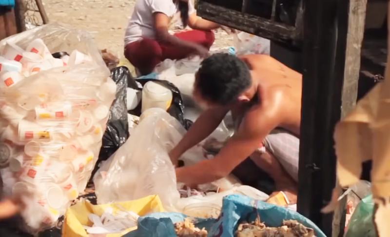 大家吃不下丟掉的廚餘,對菲律賓貧民窟的居民來說,已是最珍貴的佳餚。(圖擷取自Youtube)