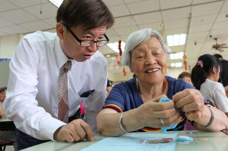 長青園林茂安園長(左)與長輩一起研究如何做香包。〔圖/嘉基提供〕