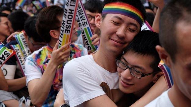 釋憲案宣佈禁止同婚是違憲,司法院外的挺同群眾得知結果開心擁抱。(BBC中文網)