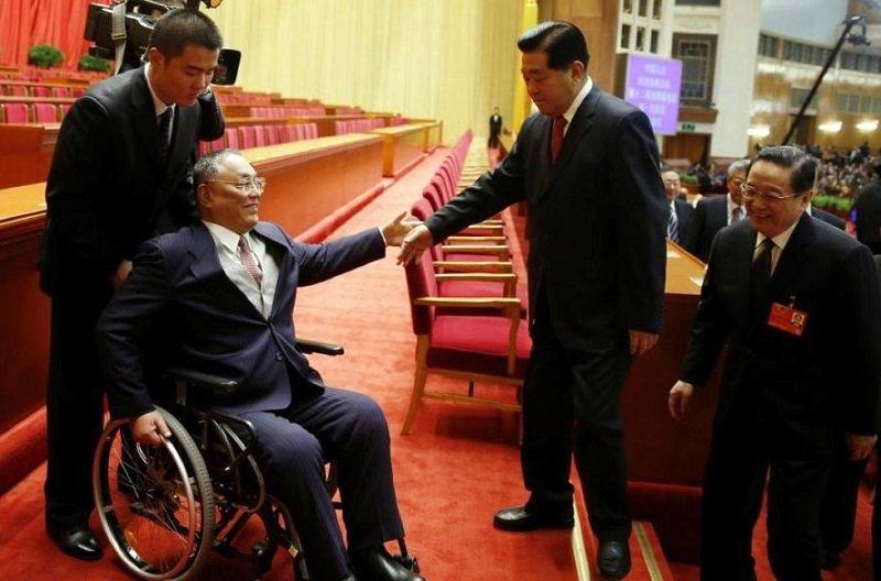 2013年政協會議後賈慶林俞正聲與鄧樸方(左)互相禮讓先行(新華社)