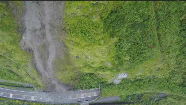 蘇花公路112.6公里處宜蘭蘇澳九宮里路段,昨(28)日因連續6天降雨導致坍方落石。(公路總局提供)