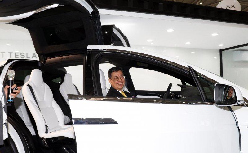 20170530-副總統陳建仁出席「2017年台北國際電腦展(COMPUTEX 2017)」開幕典禮,並於會後參觀展場內各項科技產品。圖為陳建仁試乘特斯拉電動車。(蘇仲泓攝)