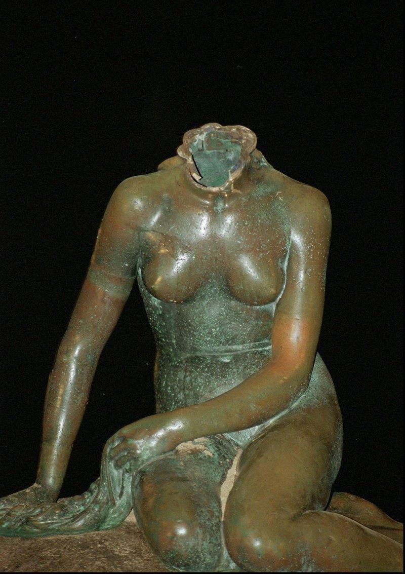 1998年小美人魚像遭到斷頭。(美聯社)