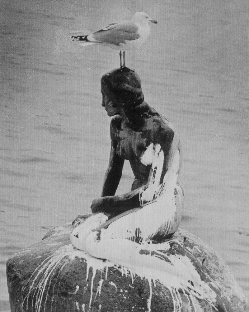 1972年,小美人魚像被潑白漆。(美聯社)