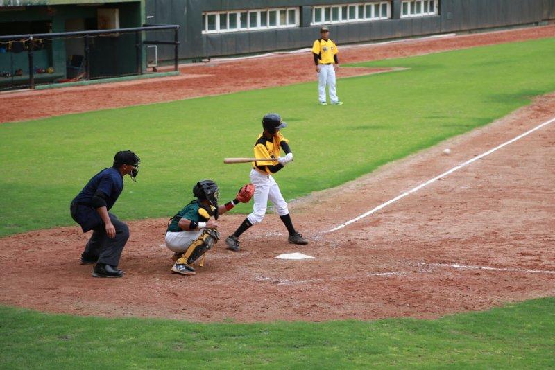 東高棒球隊迎戰強隊高雄市代表隊,投打表現相當優異,比賽也相當刺激,可惜以5比3的比數落敗。〔圖/嘉義縣政府提供〕