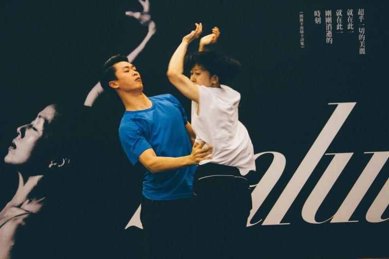 20170601-記者會演出《interwave》片段台灣舞者黎星(左)、韓國舞者HA YOUNG JU (右)。(兩廳院提供)