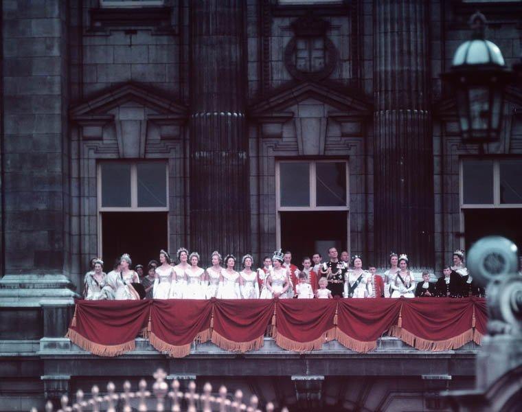 女王加冕後在白金漢宮向群眾揮手致意。(BiblioArchives / LibraryArchives@wikipedia/CC BY 2.0)