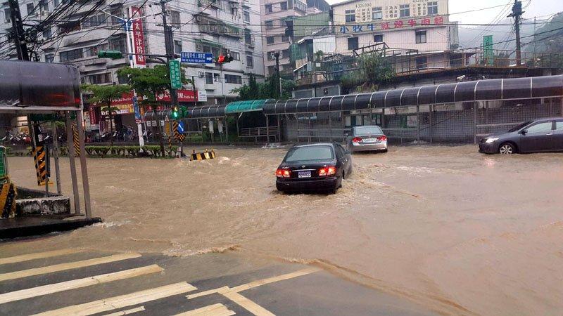 武崙溪暴漲,再度讓基金一路成為「黃河」,路面黃沙滾滾。(圖/張毅攝)