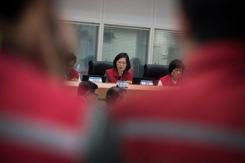 總統蔡英文2日晚間前往中央防災應變中心聽取簡報(圖取自總統府@flickr)