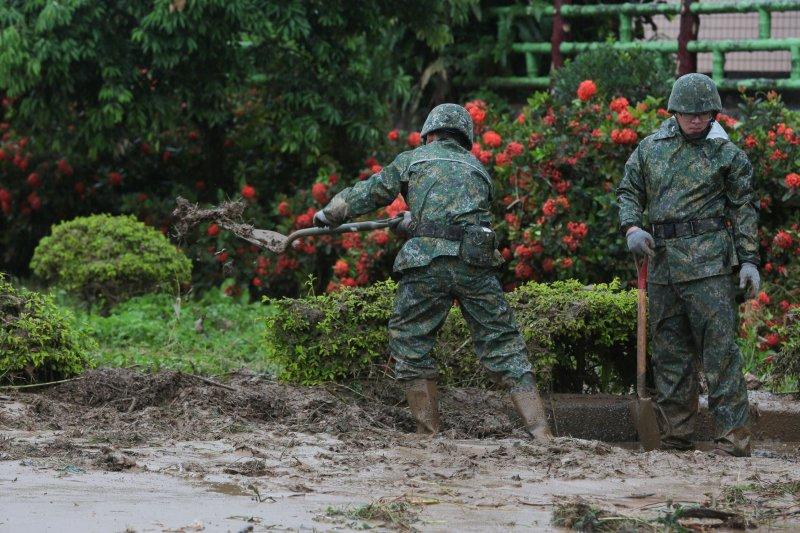 20170603-六軍團關渡指揮部派50名官兵支援。國軍清除地上泥巴。 六二暴雨(顏麟宇攝)
